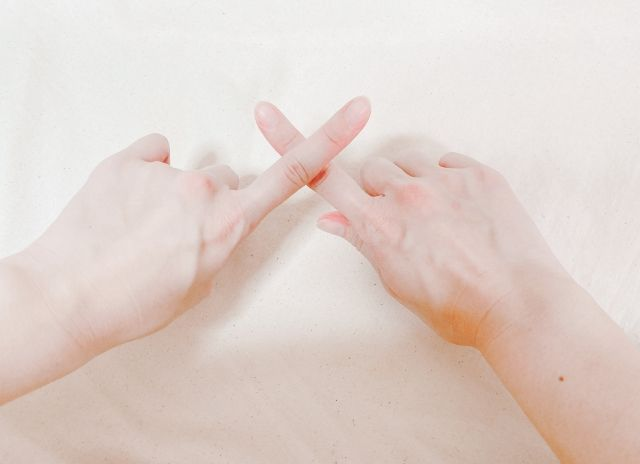 make x with fingersの画像